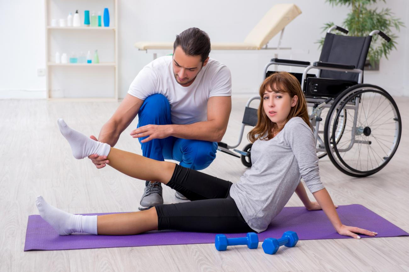 injured-woman-doing-sport-exercises